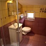 Łazienka dla pokoju nr 6 (dojście przez korytarz)